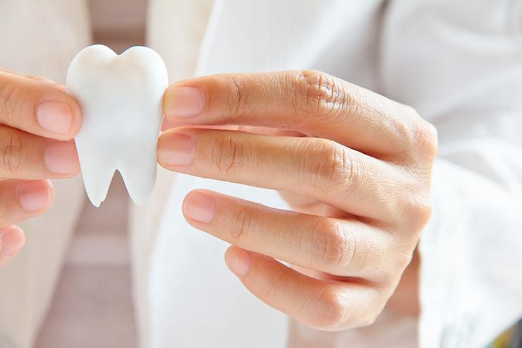 Como é feito o implante de prósteses